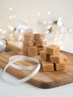 Täydellinen Valkosuklaafudge Homemade Candies, Homemade Gifts, Vegan Desserts, Dessert Recipes, Diy Christmas Presents, Sweet Little Things, Most Delicious Recipe, Something Sweet, Toffee
