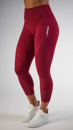 With their stunning and form fitting shape, the Seamless High Waisted Cropped leggings are beautifully different. - Gymshark printed logo- length- High waisted Polyamid, Polyester, Elastane Model is and wears size S Mode Des Leggings, Crop Top And Leggings, Gym Leggings, Sports Leggings, Printed Leggings, Workout Leggings, Leggings Fashion, Leggings Sale, Cheap Leggings