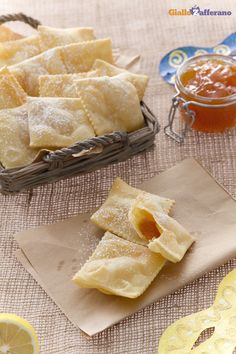 I ravioli dolci di #Carnevale (Carnival sweet fried ravioli) sono croccanti scrigni ricoperti di zucchero a velo che contengono un goloso cuore di confettura. #ricetta #GialloZafferano #italianfood #italianrecipe #Carnival http://speciali.giallozafferano.it/carnevale
