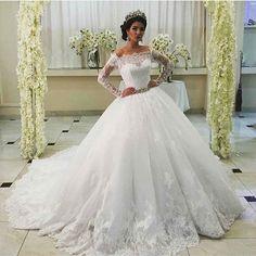 Lindíssima!! O que acharam?  #universodasnoivas #noiva #noivas #wedding #weddingday #casamento #casamentos #vestidodenoiva #vestido #vestidos #voucasar by ouniversodasnoivas