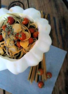 Pâtisson, une variété de courge d'été, cuisiner ici avec des tomates cerises et de l'huile essentielle de romarin qui aide à lutter contre le…