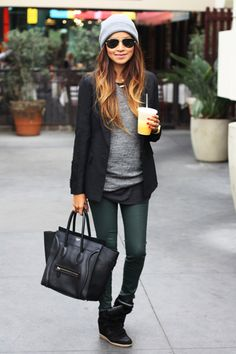 winter urban outfit. Green skinny jeans. Black leather bag. Loose grey knit sweater. Black blazer. Beenie. Ombre hair.
