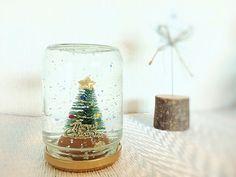 クリスマスインテリアにピッタリのスノードームですが、水と液体のりで簡単に作れるのを知っていますか?使う材料はすべて100均でそろいます!とても簡単なので、お子様と一緒にスノードーム作りを楽しんでみてはいかがでしょうか。 …