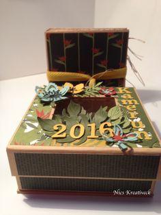 """Die Box ist von Graphic45 und wurde mit dem Desingerpapier """"Botanischer Garten"""", sowie Blüten und Blättern gestanzt mit den Framelites Formen """"Pflanzen-Potpouri"""" gestaltet. Die Buchstaben und Zahlen habe ich mit der Cameo """"schneiden lassen""""."""