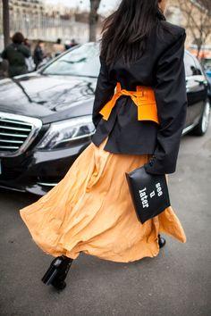 連日雨だった2017-18年パリ・ファッション・ウイークでは、傘をさしながらもピンヒールや深く入ったスリットスカートなどを身にまとい、おしゃれを楽しむファッショニスタが集まった。