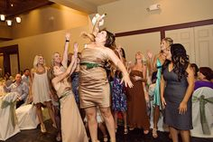 funny wedding toss photo. truelovephoto.com