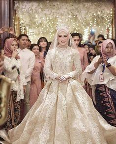 ideas for wedding dresses simple hijab Muslimah Wedding Dress, Muslim Wedding Dresses, Muslim Brides, Best Wedding Dresses, Bridal Dresses, Wedding Gowns, Bridesmaid Dresses, Wedding Hijab, Bridal Hijab