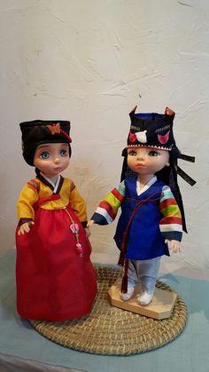 색동저고리에 다섯폭 붉은 치마를 입고 조바위를 쓴 여자아이.. 색동저고리에 복건을 입고,  호건을 쓴 남자아이 라푼젤과 뮬란을 리페인팅한 아이네요