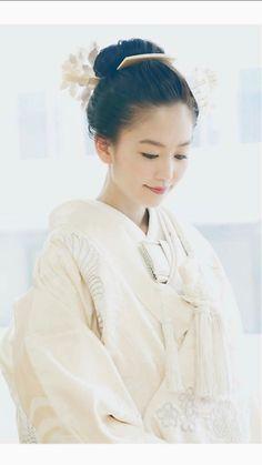 髪型があう Japanese Beauty Hacks, Wedding Kimono, Wedding Dresses, Traditional Wedding Attire, Japanese Costume, Japanese Wedding, Hair Arrange, Yukata, Kimono Fashion