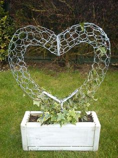 Wire Heart Topiary Fram von ~ auf deviantART - Ich mag das Aussehen d . Wire Heart topiary fram by on deviantART - i like the look of this, can also be done stuffed with moss and soil as a succulent sculpture, Garden Inspiration, Garden Vines, Garden Art Diy, Topiary, Diy Garden, Houseplants Safe For Cats, Garden, Garden Art, Garden Projects
