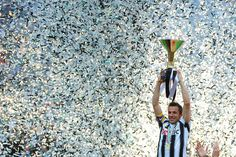 Alessandro Del Piero mengangkat Trophy Scudetto ke-30 Juventus.
