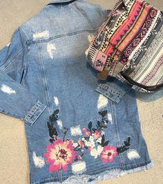 • F L O W E R S • De spijkerjasjes met patches of prints zijn nog steeds overal te zien in de modewereld. Vandaag dragen we dit leuke exemplaar!!. Een gave rug tas erbij om de outfit wat op te vrolijken en je kunt de deur uit! SHOP, SHOP, SHOP! Fijne dag, liefs Las Lunas #newarrivals #new #outfit #outfitoftheday #whattowear #outfitinspiration