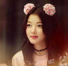 Kim Yoo Jung - Love her hair accessories, too! Beautiful S, Beautiful Asian Women, Korean Beauty, Asian Beauty, Kim Yu-jeong, Kim Joo Jung, Flower Hair Band, Classy Girl, Korean Actresses