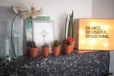 DIY: lightbox made out of a wine box and some strinlights. Easy! Check out Roomed.nl for the complete how-to - Roomed