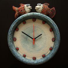 Love these! Hodiny  Keramické závěsné hodiny Modelováno z hrubé šamotové hlíny, glazováno matnými a lesklými glazurami. Rozměr 29 x 34 cm