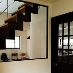女性で、の黒いドア/鉄骨階段/室内窓/漆喰壁/無垢の床/白い家…などについてのインテリア実例を紹介。「玄関入ってすぐの室内窓。 アイアン枠にしたかったけど、 予算の関係で木製。 枠は無くし ガラスを挟む部分を極力細く仕上げてもらいました。 おかげでとてもスッキリ‼」(この写真は 2016-06-21 12:28:06 に共有されました)