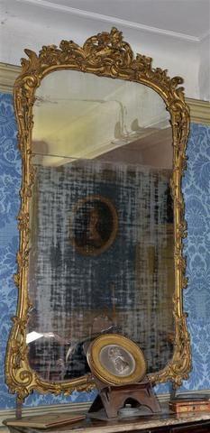 X Important miroir en bois doré mouluré et sculpté d'enroulements