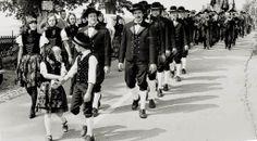 Kinder führen den Trachtenzug an --- kids leading the Black Forrest folkore club