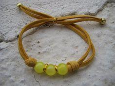 Pulsera con cuentas de cristal y cordón de ante en mostaza // Bracelet with glass beads and lace with mustard