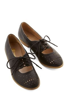 Easier Than You Chic Flat. Putting the finishing touch on a posh look is easier than you think - just lace up these black Oxford flats, and voil! #black #modcloth