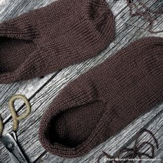 Tovede tøfler - steg for steg - Borrow my eyes Felted Slippers, Fingerless Gloves, The Borrowers, Arm Warmers, My Eyes, Knitted Hats, Knitting Patterns, Diy And Crafts, Projects To Try