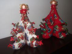 arvore natal em tecido com sininhos dourados, lacinhos e anjinho :)