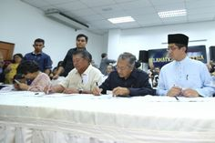 (From left) Tun Dr Ling Liong Sik, Tan Sri Muhyiddin Yassin and Tun Dr Mahathir Mohamad sign the citizens' declaration at an event to announce a citizens' movement against the government in Kuala Lumpur in this March 4, 2016 file photo. — Picture by Saw Siow Feng