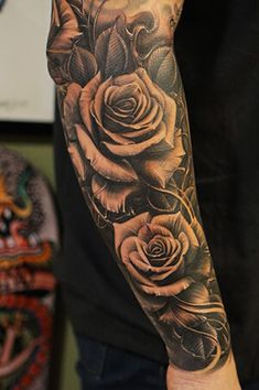 Roses vetoe black label art co los angeles usa tattoo de rosas no braço тат Rosen Tattoo Mann, Tattoo Arm Mann, Rosen Tattoos, Cool Forearm Tattoos, Forearm Tattoo Design, Body Art Tattoos, Cool Tattoos, Tattoo Art, Lion Tattoo