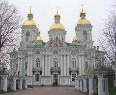 Eglise baroque bleue et blanche à 2 étages à Saint-Pétersbourg (Russie)
