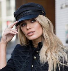 All black and gold outfits are my favourite thing, and this is one of my go-to outfits of the moment. A way of making your & black eve. Kendall Jenner, Black And Gold Outfit, Mens Beret, Tweed, Corte Y Color, Cowgirl Hats, Fashion Photography Poses, Baker Boy, Biker Chic
