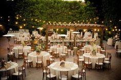 テーブルレイアウトも、屋外ならではの開放感で映画のワンシーンのようです。 緑とオレンジの照明、白いテーブルクロスも映えてとってもいい感じですね。