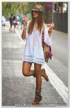 tenue boheme chic, tunique blanche et sac d été en couleurs vives Fashion Mode, Fashion Over 40, Look Fashion, Womens Fashion, Fashion Trends, Cheap Fashion, Bohemian Fashion, Fashion 2018, Trendy Fashion