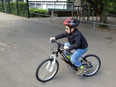 Lange mussten die Buben Geduld haben, bevor sie beide velomässig den nächsten Schritt in Angriff nehmen konnten: der Grosse musste auf sein ausgesuchtes, aber bereits ausverkaufte Juior Bike warten, der Kleine logischerweise auf das Velo des Grossen, das er dann erben würde. Und alle zusammen warteten wir ganz nebenbei auch auf gutes Velo-Wetter. #Velo #Fahrrad #Junior #Bike #fahren #DieAngelones Beide, Bicycle, Vehicles, Hamster Wheel, Patience, Waiting, Bicycle Kick, Rolling Stock