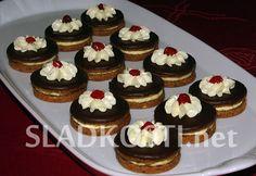 Ořechovo čokoládové dortíčky s mátou Mini Cupcakes, Cheesecake, Food, Cheesecakes, Essen, Meals, Yemek, Cherry Cheesecake Shooters, Eten