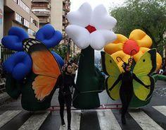 Vistosas mariposas en zancos y suelo. Flores hinchables de colores...Pasacalle lleno de vistosidad, color y diversión.  ...