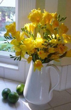 Monte você mesma seus arranjos: Com uma jarra de porcelana e um ramalhete de flores amarelas eles ficam lindos!