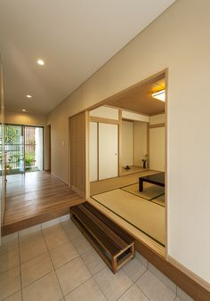 客間へは土間から直接お上がりいただくため、オリジナルの踏み台を設置。 Modern Japanese Interior, Japanese Modern House, Modern Japanese Architecture, Asian Interior Design, Traditional Japanese House, Japan Architecture, Traditional Interior, Japanese Style, Japan Bedroom