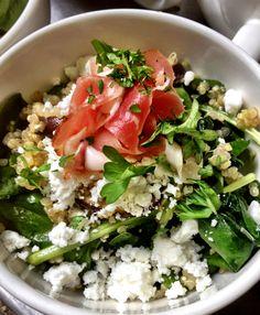 Quinoa salade met verse geitenkaas, rauwe ham en spinazie