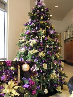 Cristhmas Tree Decorations Ideas : Purple and Gold Christmas Tree Purple Christmas Tree, Peacock Christmas, Beautiful Christmas Trees, Christmas Tree Themes, Noel Christmas, Holiday Decor, White Christmas, Purple Christmas Decorations, Christmas Tables