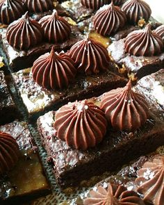 Salty pretzel base, chewy brownie layer, covered with salted caramel, topped with piped chocolate ganache and finished with a sprinkle of… Eid Food, Chewy Brownies, Chocolate Ganache, Pretzel, Sprinkles, Caramel, Muffin, Base, Breakfast