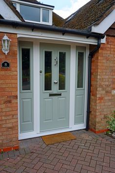 Eye-popping single entry doors - take a peek at our article for additional inspiring ideas! Front Door Porch, Porch Doors, House Front Door, Entry Doors, Front Door Side Windows, Green Front Doors, Front Door Colors, Solidor Door, External Front Doors