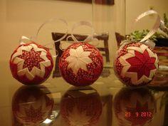 Trio de Bolas de Natal de Isopor revestido com Tecido Patchwork na técnica Origami com 75 cm de diâmetro Coleção: Vermelho Místico (combinação de tecidos florais, poá e falso branco) R$60,00
