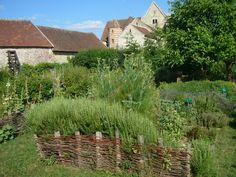 Le jardin médiéval de la Commanderie de Coulommiers  Le jardin médiéval est un jardin clos, de forme carrée ou rectangulaire, qui s'inspire des jardins des cloîtres et est divisé en espaces réguliers ...