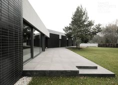 Terrace as a small base for the house. Y House by Tamizo. Residential Architecture, Architecture Design, Tamizo Architects, Black Building, Prefab, Minimalist Home, Landscape Design, Home And Family, Around The Worlds