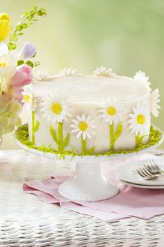 Put together a true showstopper for Easter dessert with this beautiful spring daisy lemon layer cake that's bursting with fresh lemon flavor and rich buttercream frosting. Lemon Layer Cakes, Layer Cake Recipes, Homemade Cake Recipes, Dessert Recipes, Meal Recipes, Delicious Recipes, Lemon Recipes, Recipes Dinner, Brunch Recipes