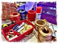 Kokardy, kolorowe wstążki oraz gustowny papier czekają...   Zapraszamy na 1 piętro do Świątecznego Punktu Pakowania Prezentów