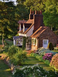Country Cottage in Old Hatfield casa de campo + jardim em old hatfield, inglaterra – Bungalow House Plans, Bungalow Homes, Cottage House Plans, Cottage Homes, Cottage Ideas, Cottage Bedrooms, Brick Cottage, Country Cottage Garden, Cottage Style