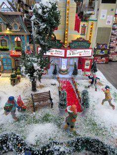 Κάνει κρύο και είναι η ώρα για σινεμά! Μήπως πρέπει να πάρετε την πρόσοψη #lemax victory για το χωριό σας? #χριστουγεννα #μινιατούρες #christmasvillage #miniatures