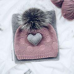 С удовольствием делюсь с вами ещё одной находкой - Юля @knittedlove_  Очень приятный профиль , сладкая моделина, рекламирующая шапки и комплекты , которые я ни у кого  н е  в с т р е ч а л а  Подписалась и буду любоваться  Юль, рада знакомству ✋Вы молодец!