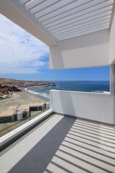 Casa Las Lomas is a house designed by Vértice Arquitectos that's located in Lomas del Mar beach in Cerro Azul, Peru. Architecture Details, Interior Architecture, Building Architecture, Peru, Espace Design, Casa Patio, Waterfront Homes, Beach Cottages, Beach Houses